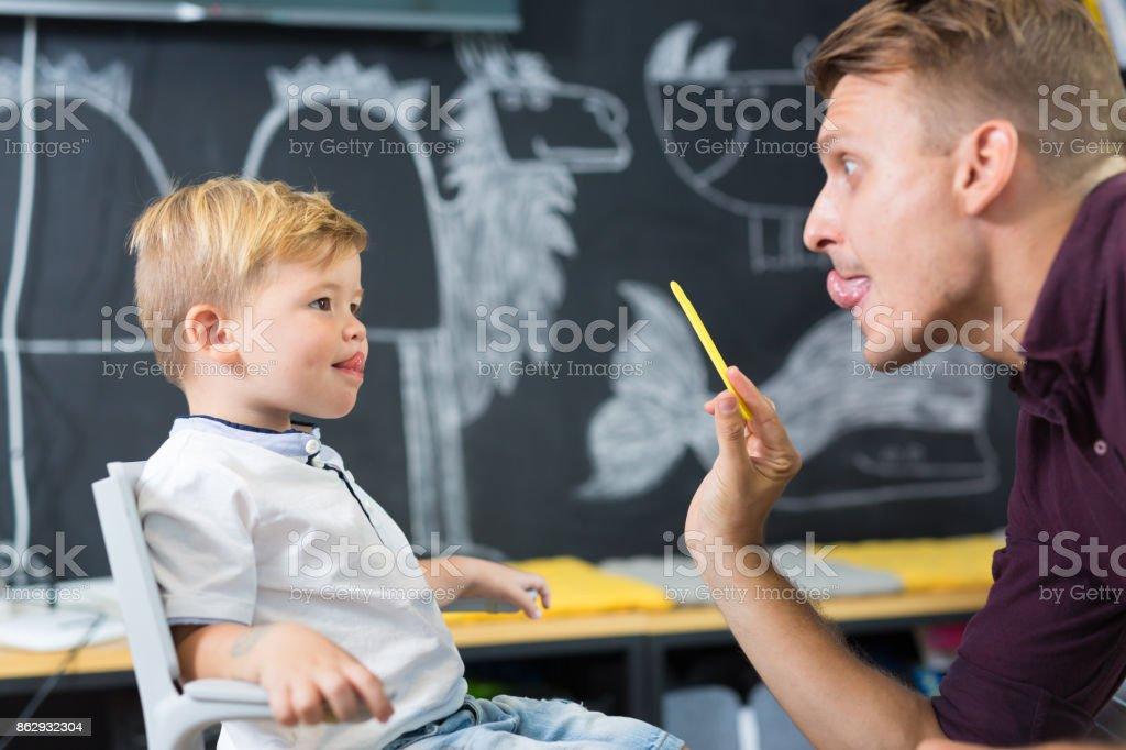 Niedliche kleine Junge Speechtherapist Tagung. – Foto