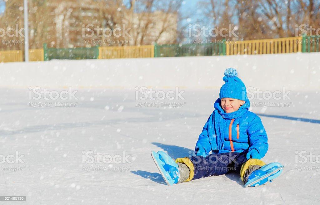 Mignon petit garçon apprentissage de patinage en hiver photo libre de droits