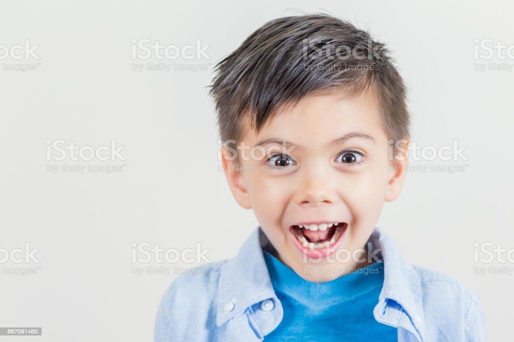 Niedliche kleine Junge Grimasse – Foto