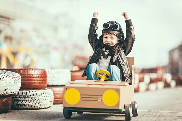 Süße kleine Junge racing in einem vintage-go-kart – Foto