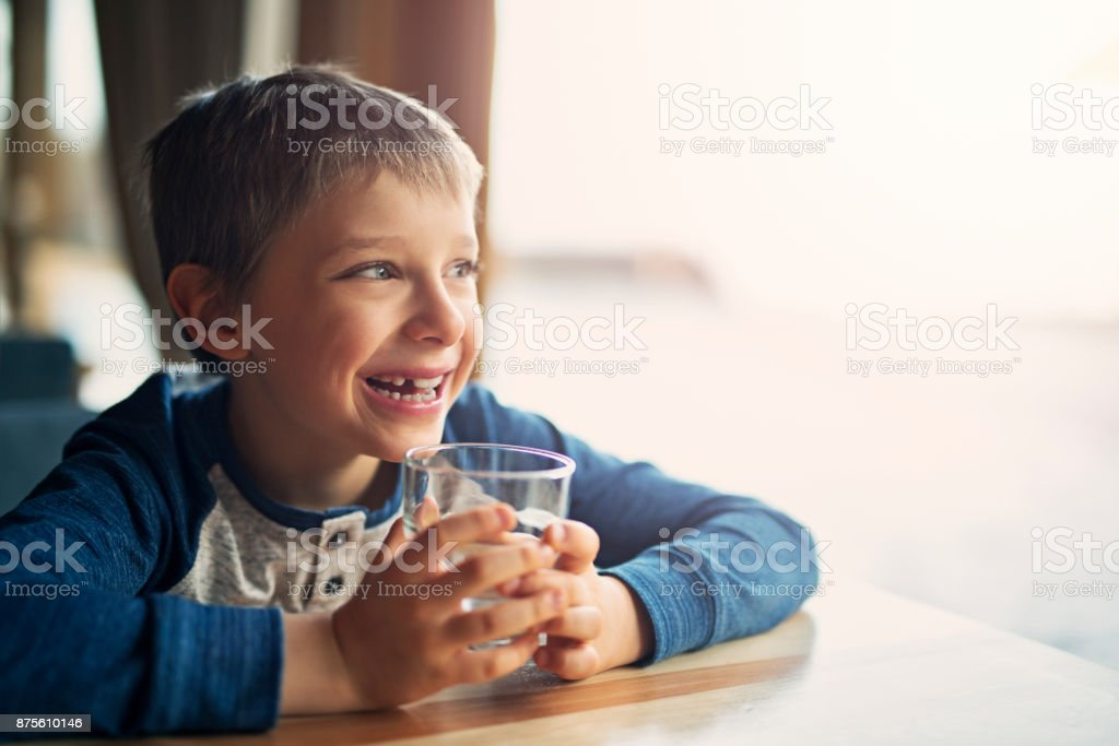 Agua chico lindo - foto de stock
