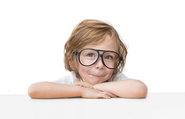 niedlich kleiner junge mit spielzeug brille isoliert auf weißem hintergrund - kleinkind frisur stock-fotos und bilder