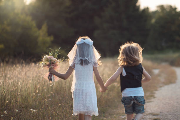 niedliche kleine braut und bräutigam - hochzeitsfeier mit kindern stock-fotos und bilder