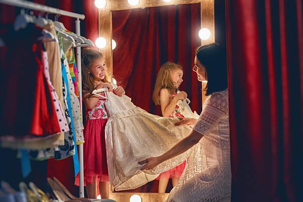 cute little fashionista - mutterkleiderschrank stock-fotos und bilder