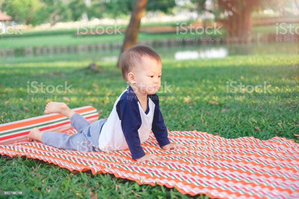 niedlich kleine lustige l chelnd asiatischen 18 monate1 jahr altes kleinkind baby junge kind. Black Bedroom Furniture Sets. Home Design Ideas