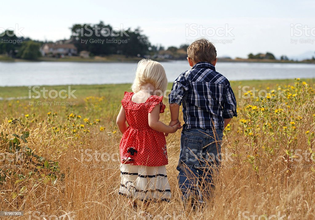 Cute Little Girl and Boy Holding Hands royalty free stockfoto