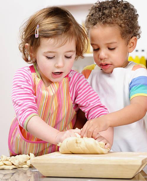 Niedliche kleine Mädchen und Jungen Kneten Teig – Foto