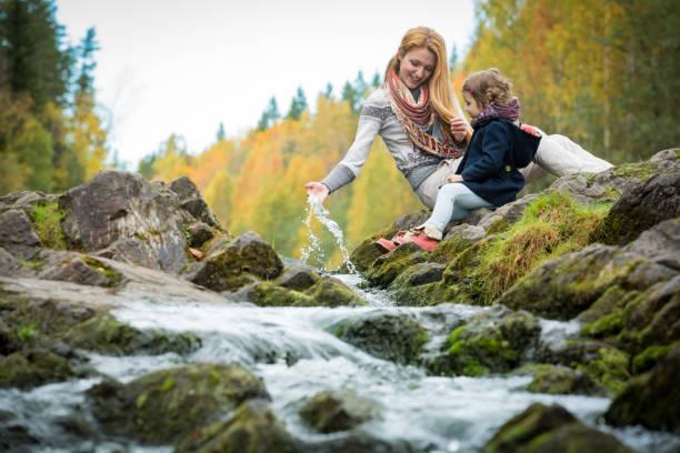Niedliche kleine Mädchen und Mutter im herbstlichen Wald – Foto