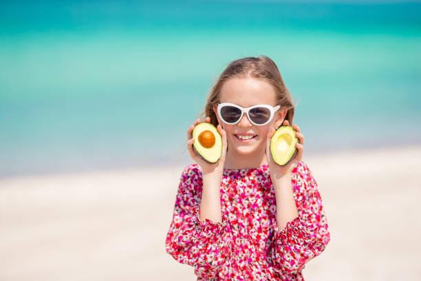 Nettes kleines Mädchen am Strand während der Sommerferien – Foto