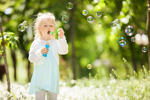 Niedliche kleine Mädchen Blasen Blasen im park – Foto