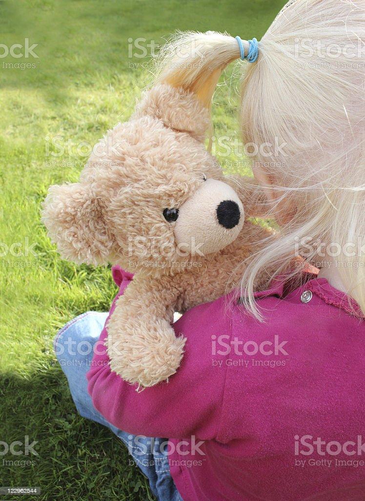 Linda niña Abrazarse un Osito de peluche - foto de stock