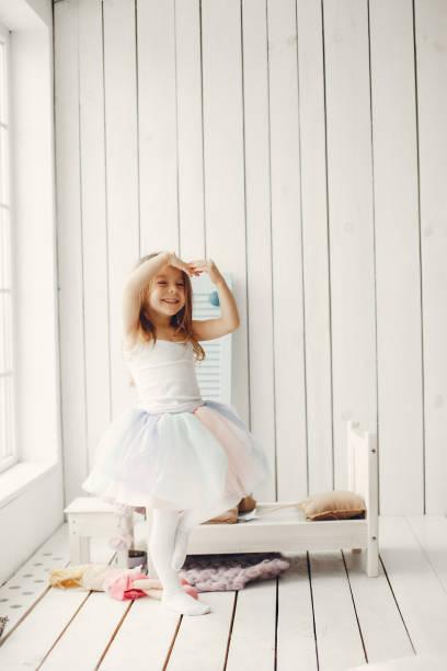 niedliches kleines mädchen tanzt zu hause - prinzessinnen tutu stock-fotos und bilder