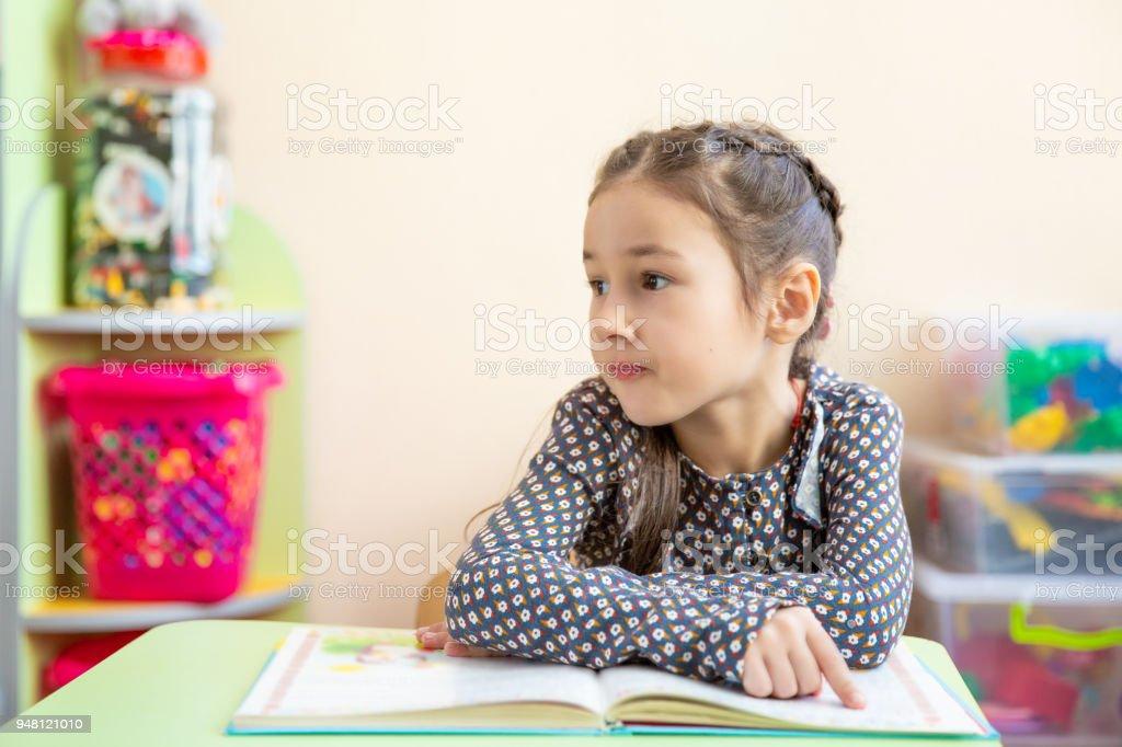 Niedliche Kleine Madchen Hausaufgaben Machen Ein Buch Zu Lesen