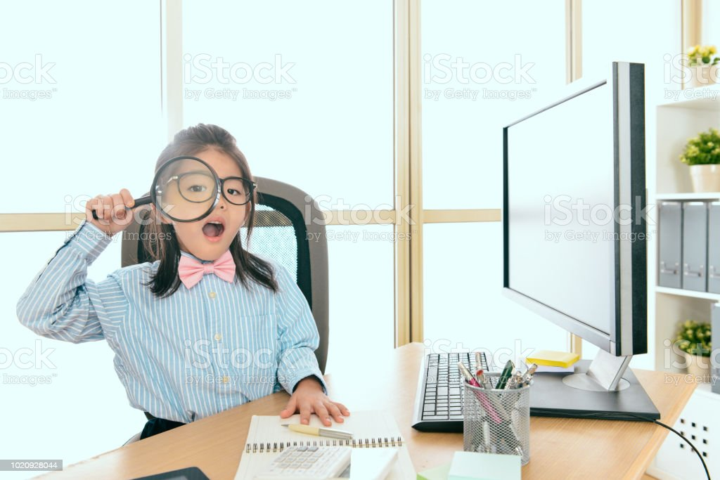 Menina cute vestidos como trabalhador de negócios - foto de acervo