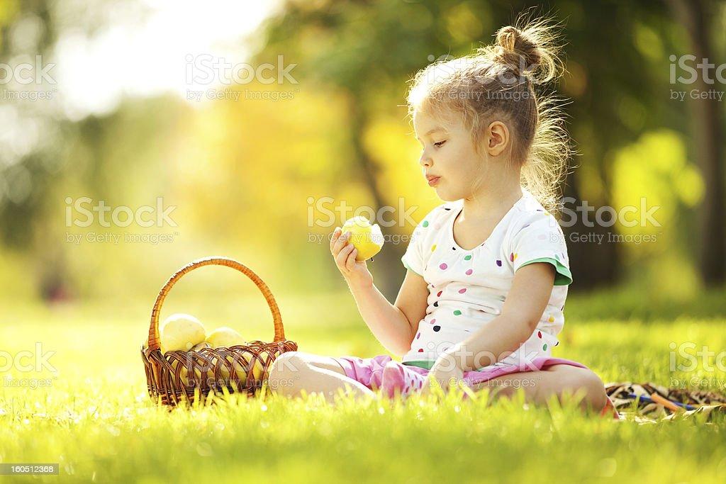 Niedliche kleine Mädchen Essen Apfel im park – Foto