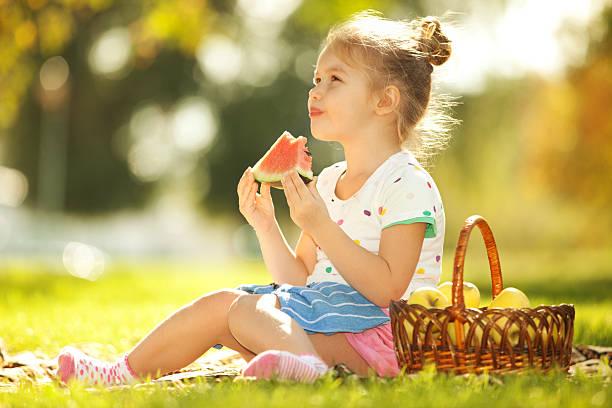 Niedliche kleine Mädchen Essen Wassermelone – Foto