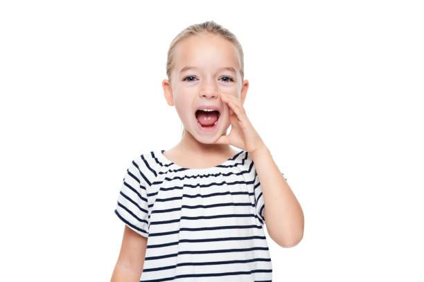 Niedliche kleine Mädchen in abgespeckte T-shirt schreien. Logopädische Praxis Konzept auf weißem Hintergrund. – Foto
