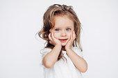白いドレスのカメラに笑顔でかわいい女の子