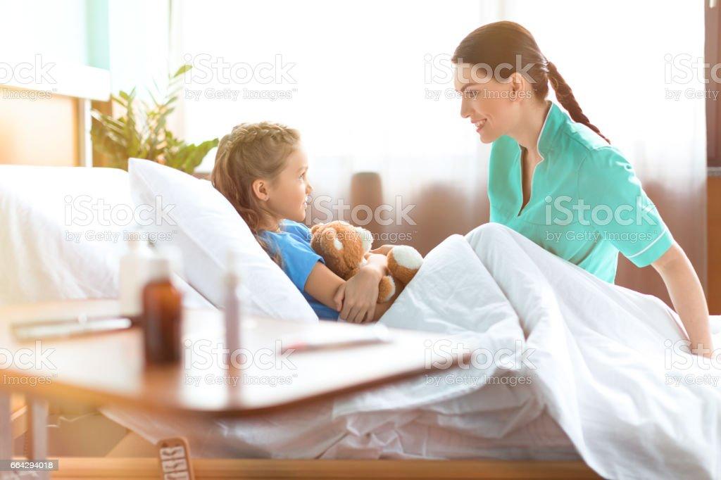 Mignonne Pee Fille Couché Dans Son Lit Dhôpital Avec Ours En ... on