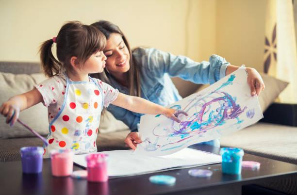 pintura bonito da menina com mamã junto em casa, retrato da pintura da matriz e da filha em casa - brincadeira - fotografias e filmes do acervo