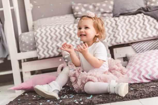 niedliche kleine mädchen  - festliche babymode junge stock-fotos und bilder