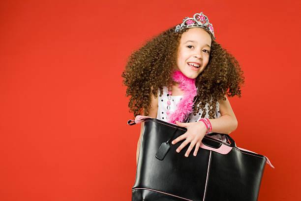 niedliche kleine mädchen spielen mit stil! - kinderhandtaschen stock-fotos und bilder