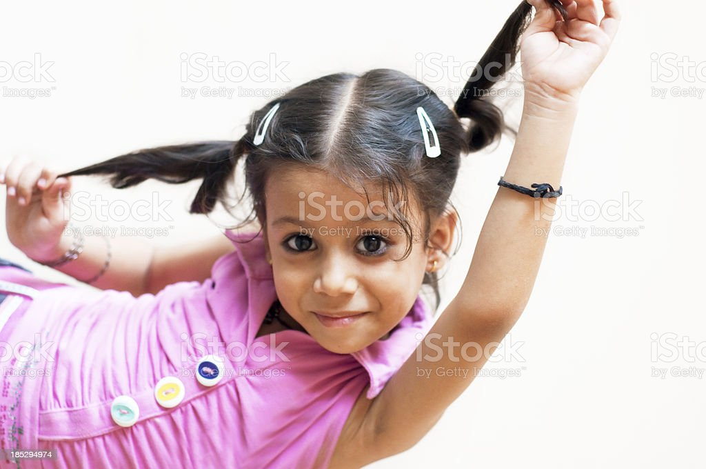 귀여운 소녀만 게임하기 그녀의 머리 스톡 사진