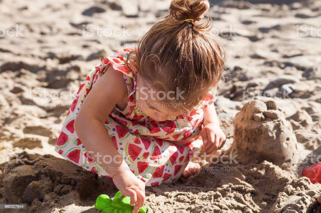 neuer Stil & Luxus Spitzenstil perfekte Qualität Niedliche Kleine Mädchen Porträt Während Des Tragens Erdbeer Kleid Mit  Sandspielzeug Spielen Stockfoto und mehr Bilder von Baby