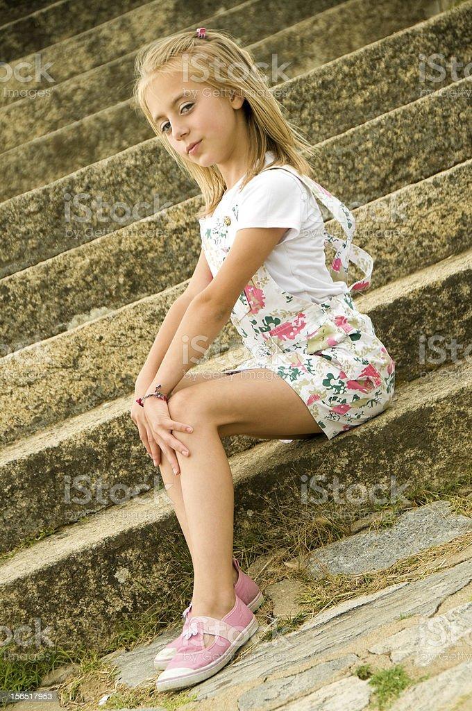 Niedliche Kleine Mädchen Posieren Auf Die Treppe Stockfoto