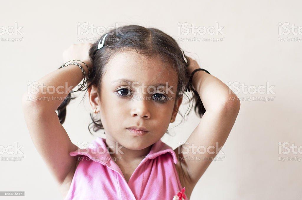 귀여운 소녀만 잡기 그녀의 머리 스톡 사진