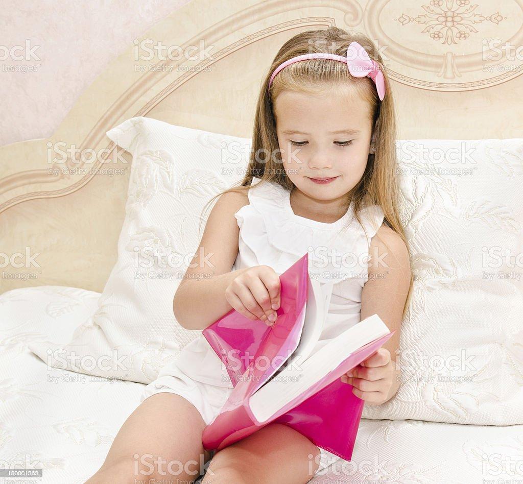 귀여운 소녀만 책을 읽는 royalty-free 스톡 사진