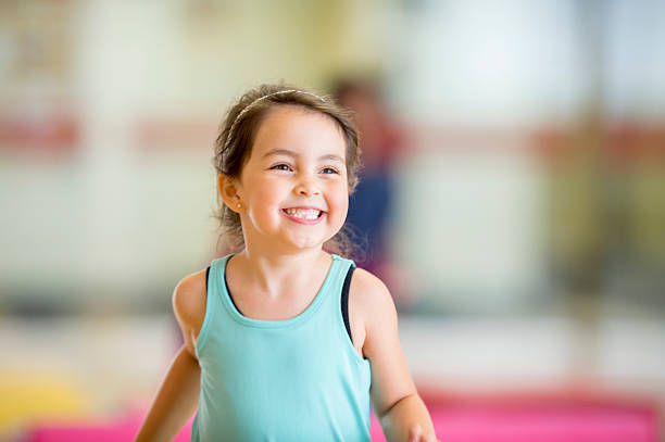 cute little girl running in the gym - gym skratt bildbanksfoton och bilder