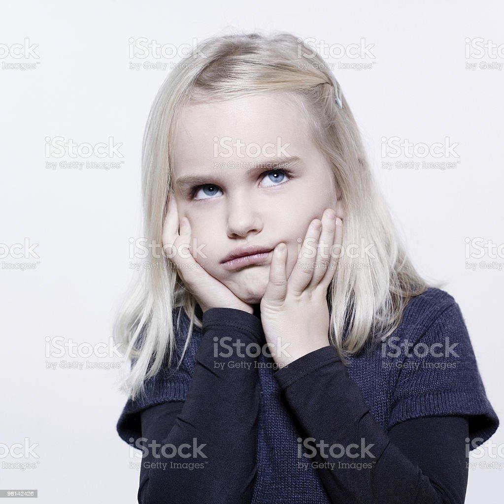 Carino piccolo ragazza Imbronciato sulk foro foto stock royalty-free