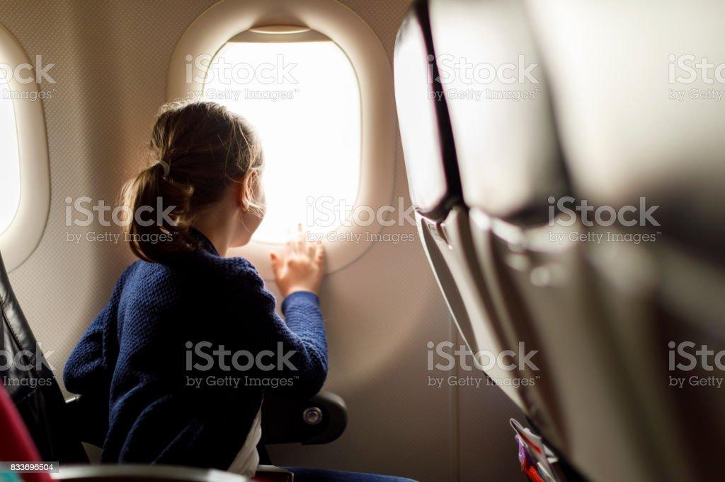 Niedliche kleine Mädchen, die mit dem Flugzeug reisen – Foto