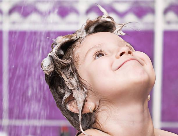 niedliche kleine mädchen haare waschen - mädchen dusche stock-fotos und bilder