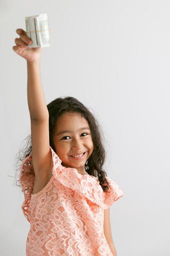 Schattig Klein Meisje Met Een Amerikaanse Papier Valuta Stockfoto en meer beelden van 4-5 jaar