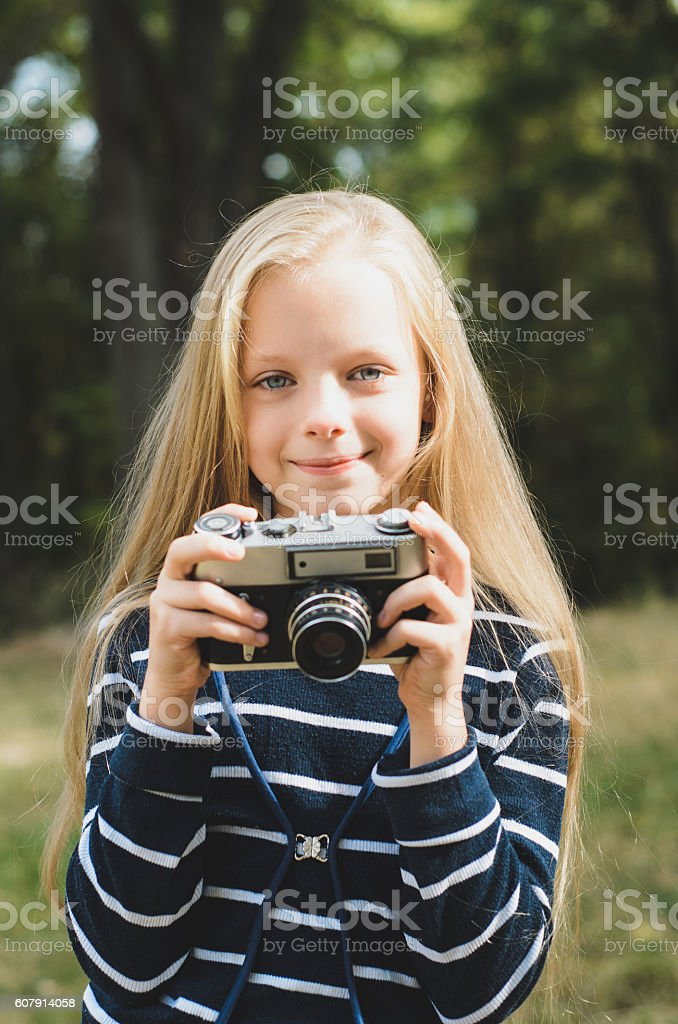 Cute little girl with a vintage rangefinder camera. – Foto
