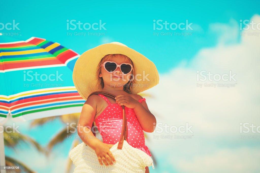 ビーチに大きな袋を持ってかわいい女の子 ストックフォト