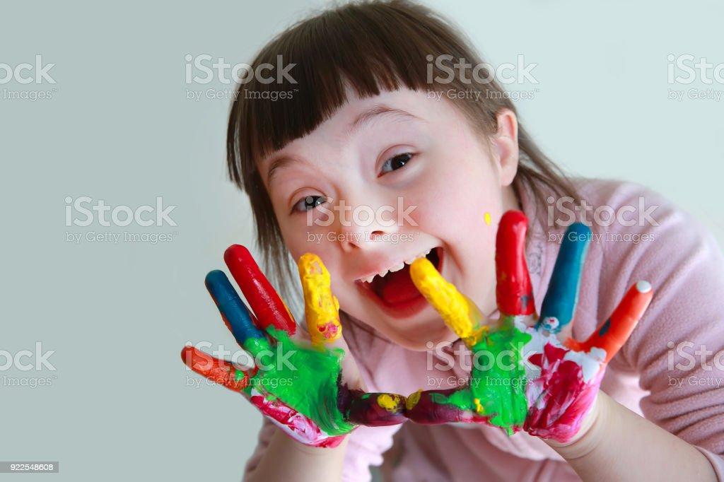 Nettes kleines Mädchen mit bemalten Händen. Isoliert auf grauem Hintergrund. – Foto