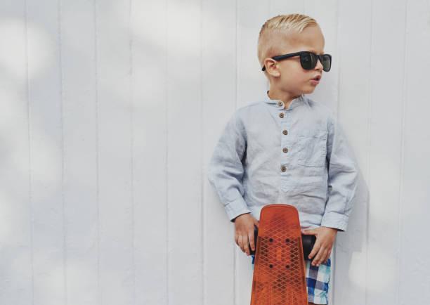 süße kleine junge in trendigen sonnenbrillen big - sonnenbrille kleinkind stock-fotos und bilder