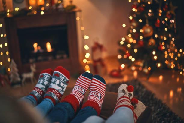 söta lilla barn i jul strumpor sitter i en mysig julstämning - cozy at christmas bildbanksfoton och bilder