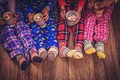 パジャマとクリスマスのかわいい小さな子供ソックス クリスマスにマシュマロとホット チョコレートを飲む