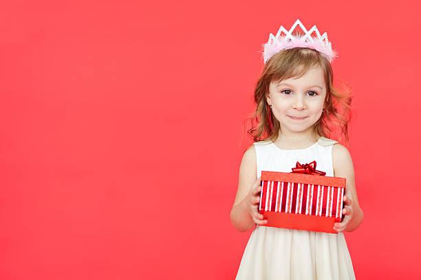 niedlich kleines vorschulkind mädchen weihnachten porträt, isoliert auf rot - jugendliche geburtstag geschenke stock-fotos und bilder