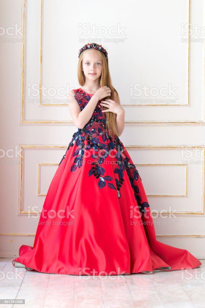 72cbed73ffaf Söt liten rödhårig flicka klädd i en antik prinsessa klänning eller kostym.  royaltyfri bildbanksbilder