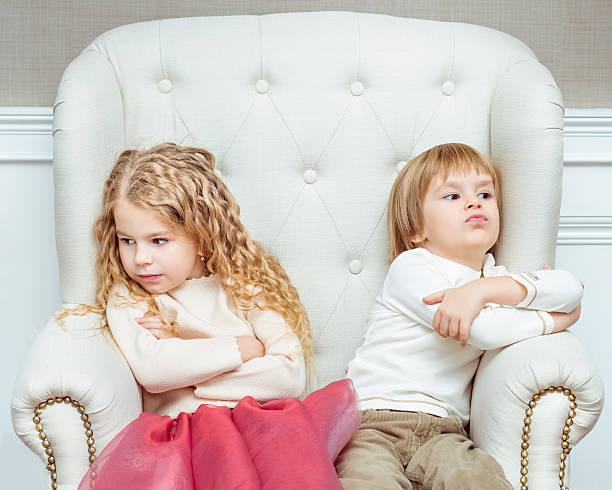 Süße kleine Geschwister, die in Konflikt mit den othe – Foto