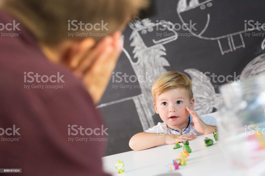 Niedliche kleine Kleinkind junge in Kind Therapiesitzung. – Foto