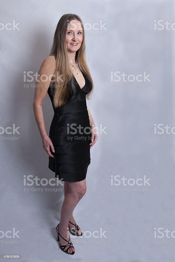 Linda Mujer Madura En Vestido Negro De Fiesta Foto De Stock