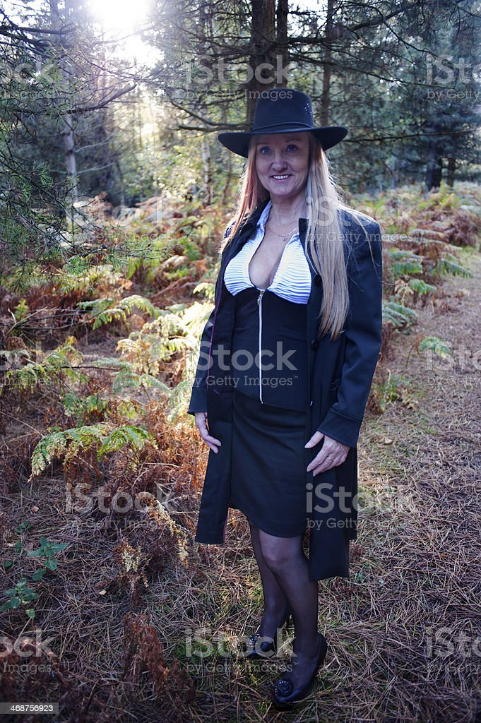 Sexy Reife Frau Posieren Im Wald Auf Einen Frühling Nachmittag