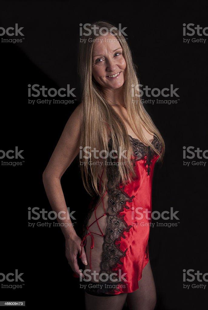 Słodkie Dojrzałe Kobiety Gotowe Do łóżka W Czarny I Czerwony