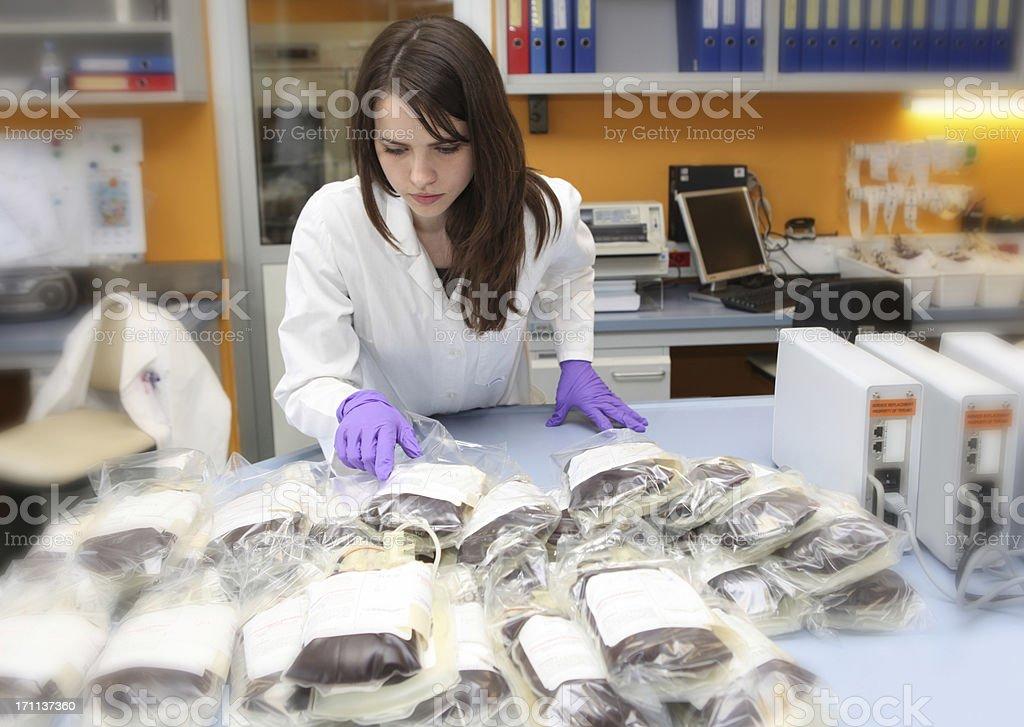 Linda médica Trabalhador em um sangue bank.pile de sacos para o sangue - foto de acervo